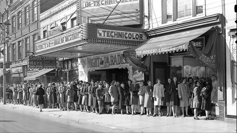 photo-toronto-uptown-theatre-yonge-street-line-up-for-hosiery-other-signs-1946-2